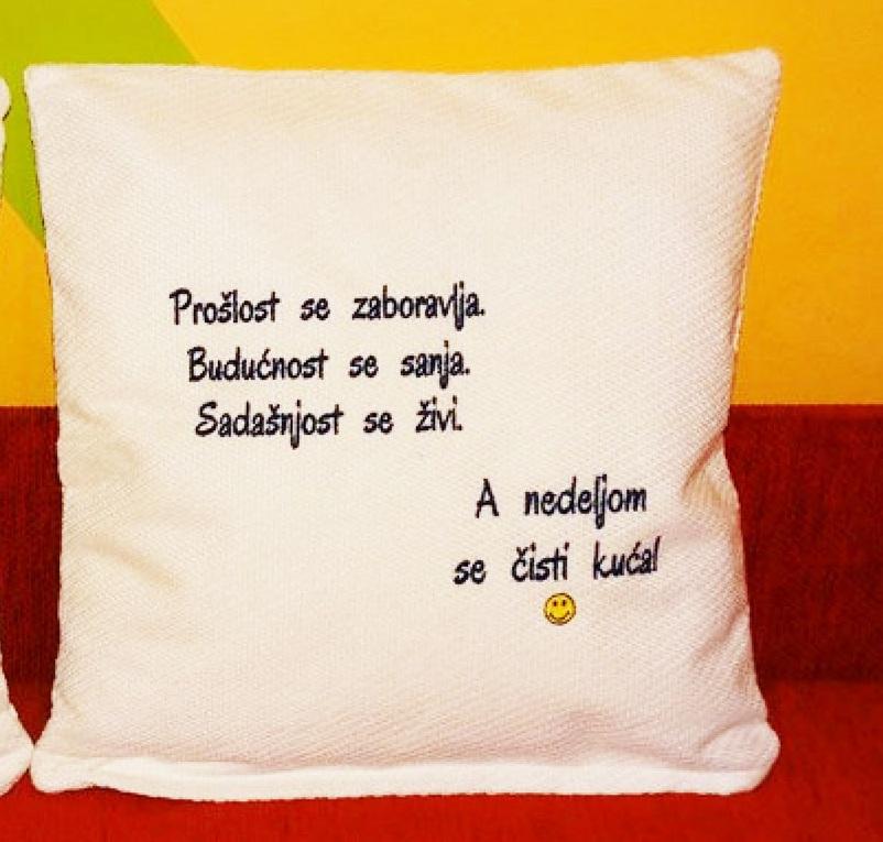 Veselo jastuce sa stihovima